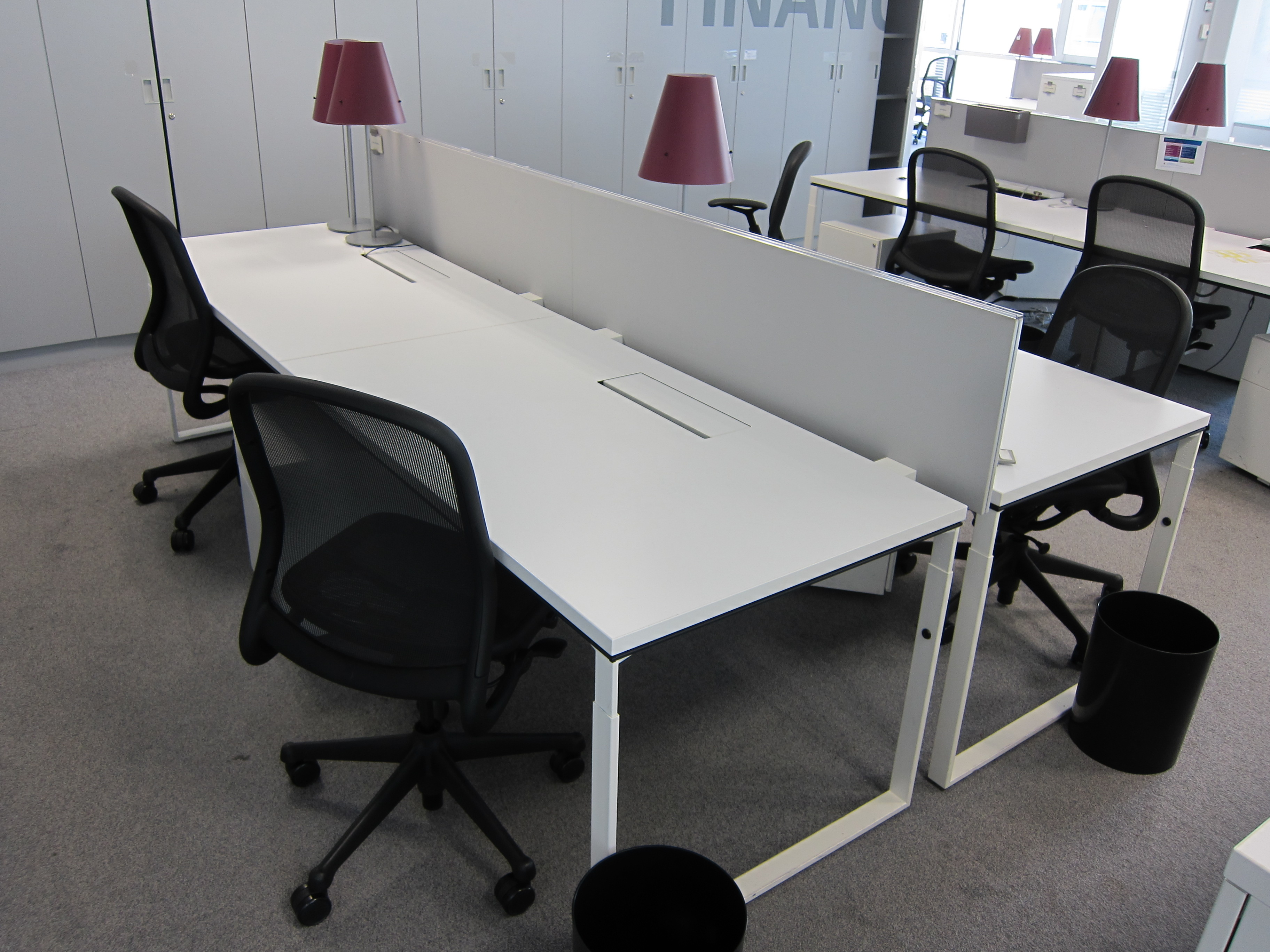 bench knoll blanc 4 postes avec cloison adopte un bureau. Black Bedroom Furniture Sets. Home Design Ideas