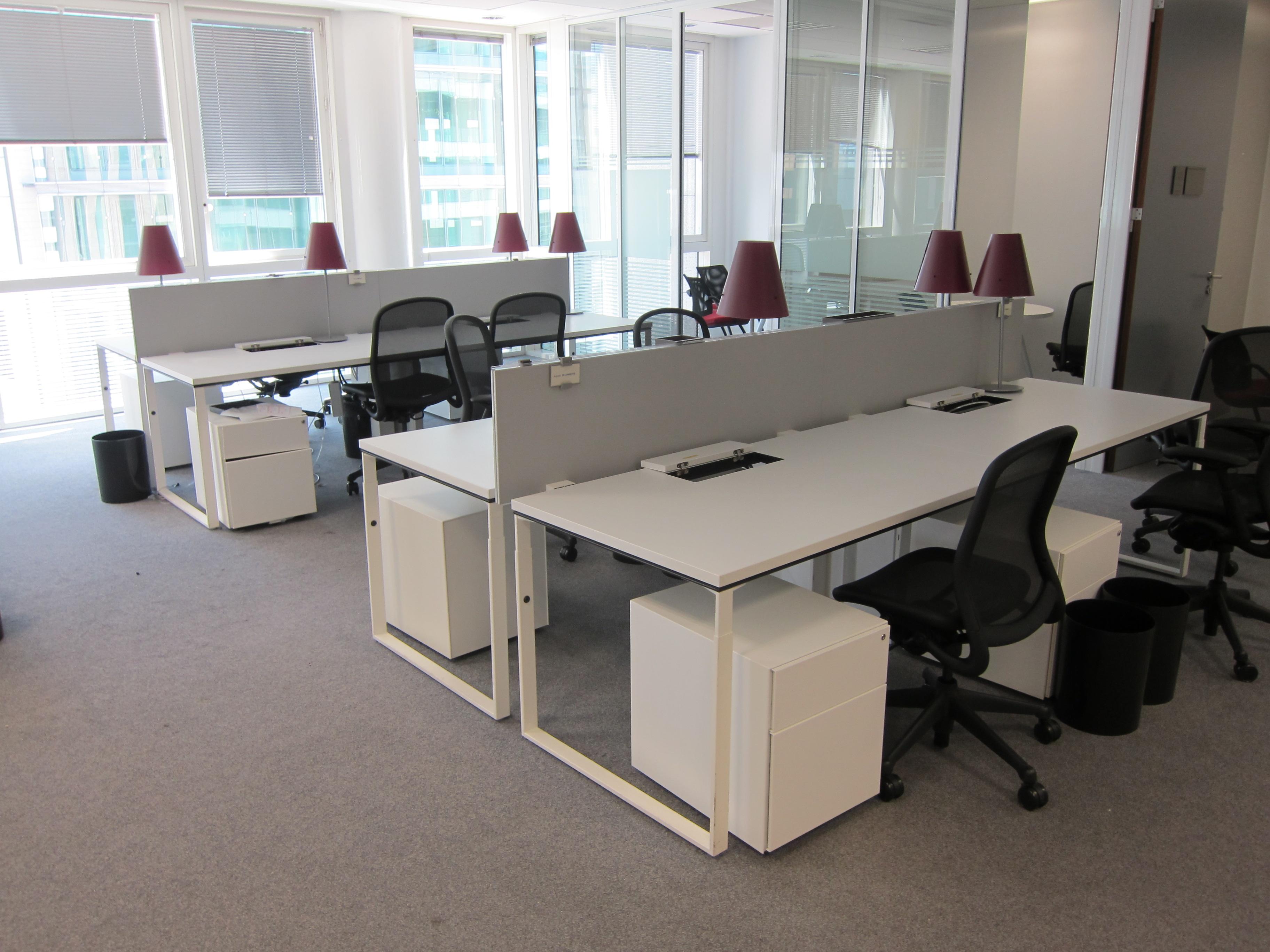 Bench knoll blanc 4 postes avec cloison adopte un bureau for Mobilier bureau 4 postes