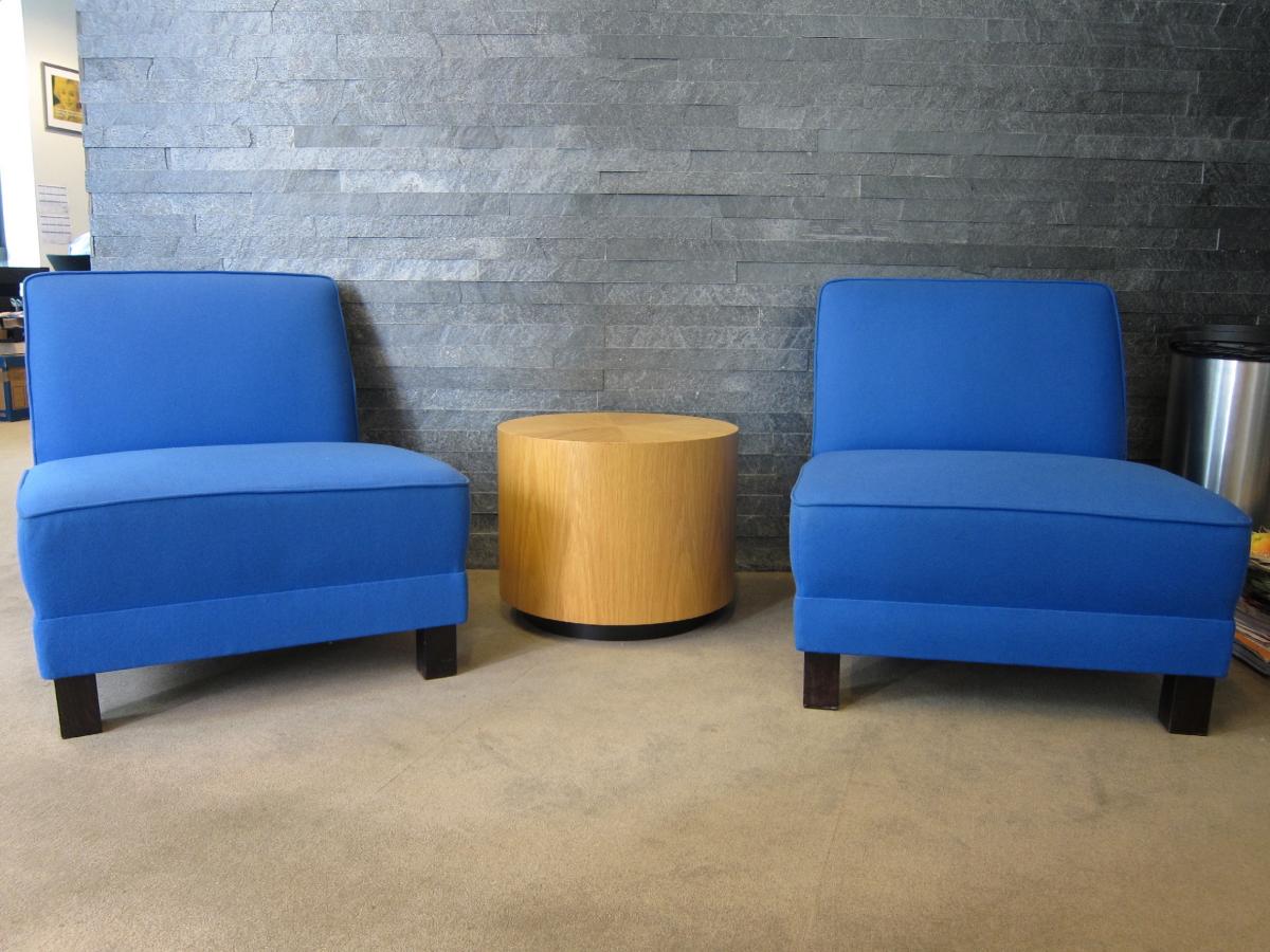 fauteuil d 39 accueil bleu adopte un bureau. Black Bedroom Furniture Sets. Home Design Ideas