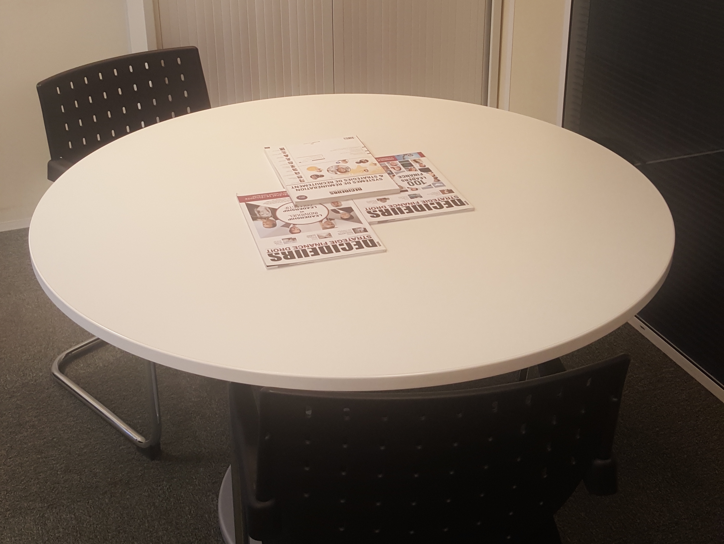 Table de r union ronde 2 chaises visiteur noires adopte un bureau - Copie chaise kartell ...
