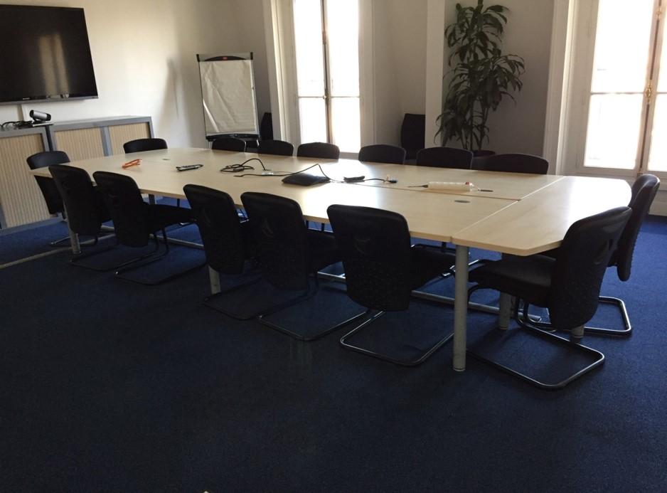 table de r union compos e adopte un bureau. Black Bedroom Furniture Sets. Home Design Ideas