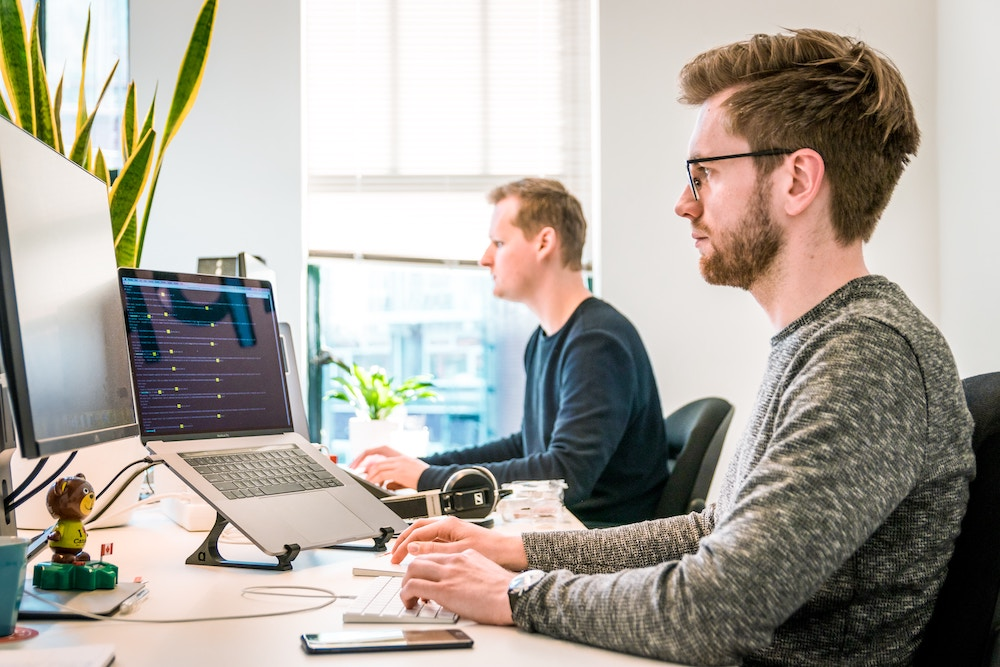 bureau avec support écran